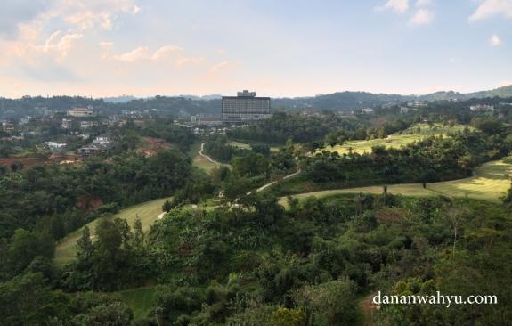 pemandangan dari atas balkon kamar hotel