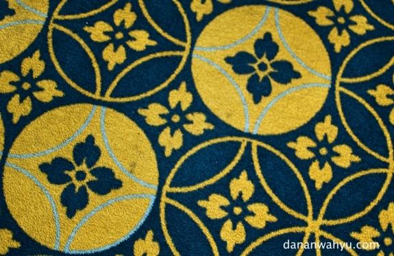 motif batik kawung di ruang rapat