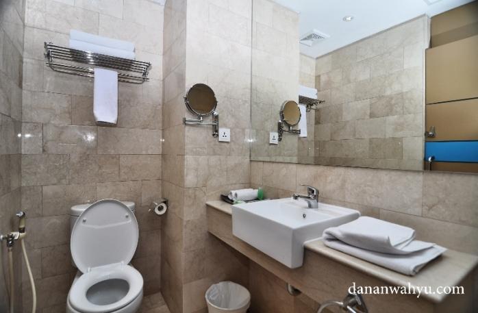 kamar mandi dengan dinding granit