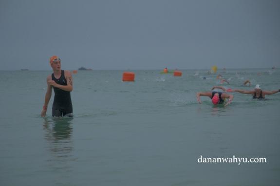 Berjalan di air atau tetap bernang itu pilihan