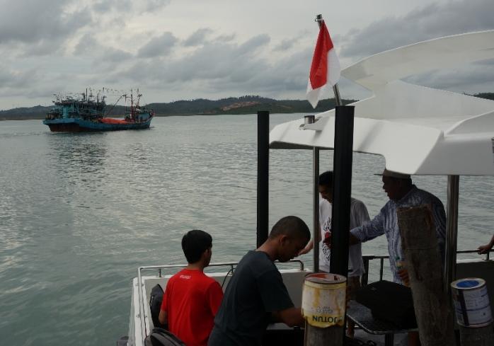 kru Fingerfast Laboratory , mensetup dek belakang kapal menjadi tempat pesta
