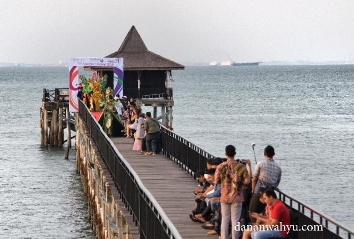para model bersiap di ujung jeti Turi Beach Resort