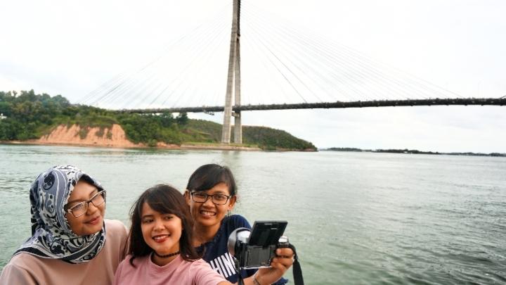wefie latar jembatan barelang , Choty (tengah) Hanna duopao (kanan)