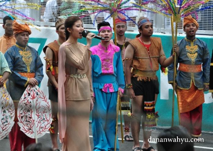 menyanyikan lagu kebangsaan Malaysia