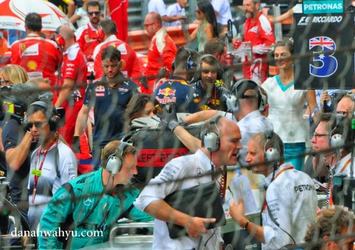 kesibukan mekanik dan engineer masing-masing tim sebelum pertandingan