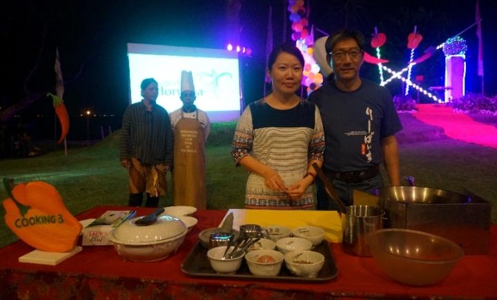 salah satu pasangan peserta lomba nasi goreng