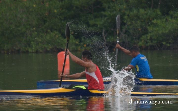 lomba adu cepat kayak membelah air sungai Carang