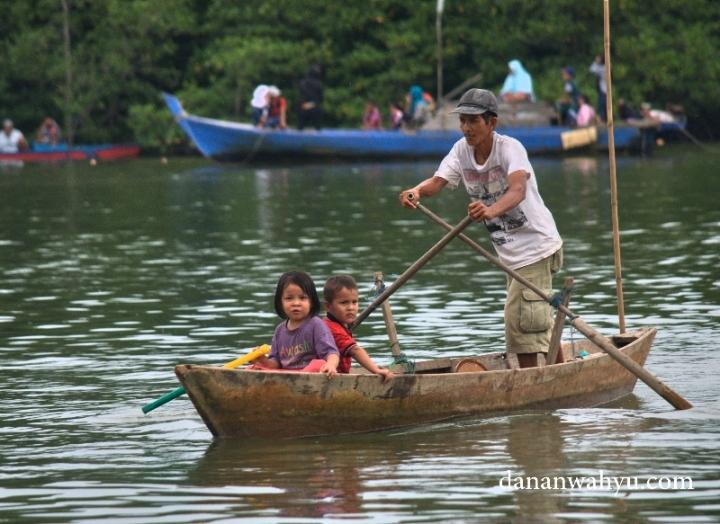 penontan dragon boat race di sungai Carang
