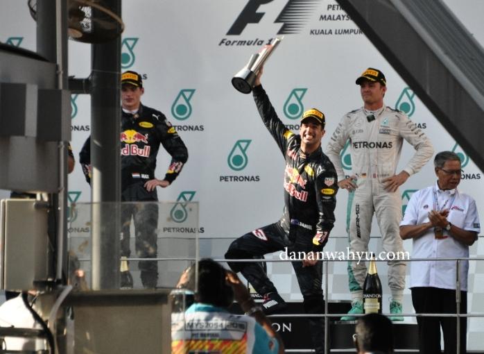 senyum mengemmbnag Daniel Ricciardo menjadi juara