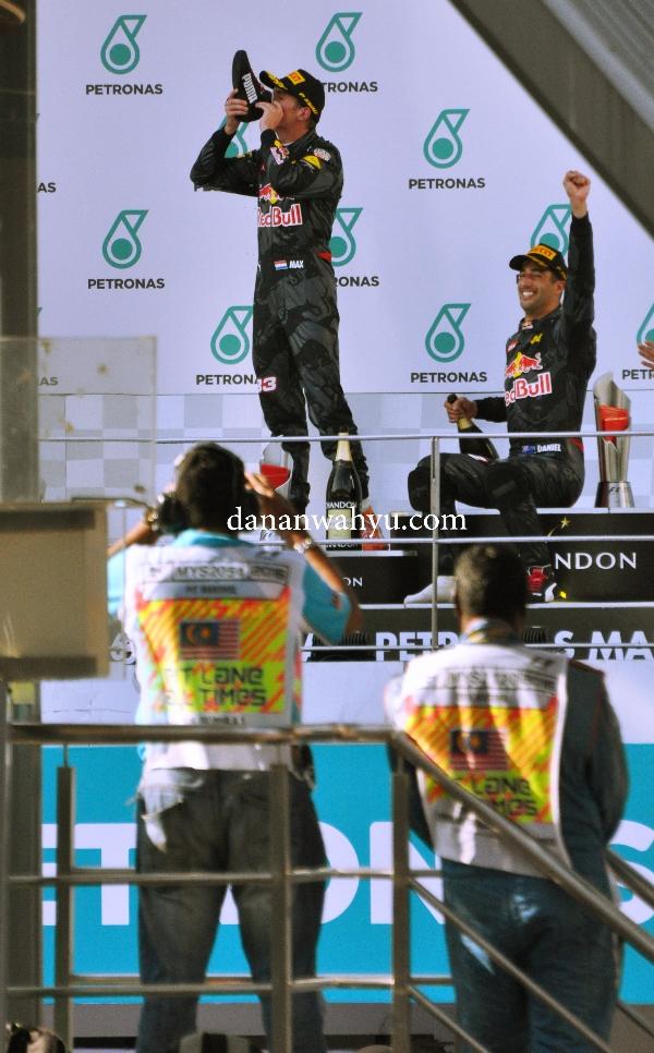 Tim Red Bull merayakan kemenangan dengan minum campign dari sepatu