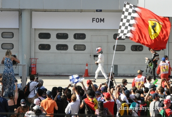 Usai racing penonton menghambur di depan podium