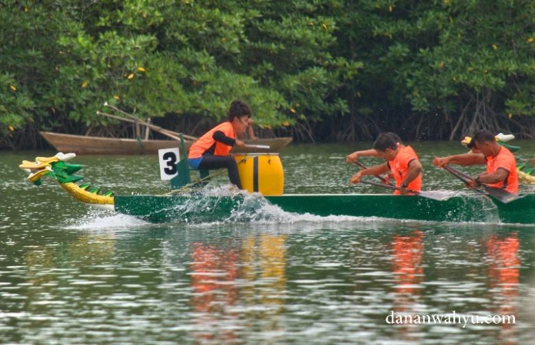Bukan hanya pria yang mendominasi lomba perahu naga, wanita ikut turut serta bahkan menjadi pemimpin di atas kapal