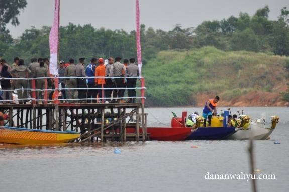 Para altet  bersiap menempati perahu naga