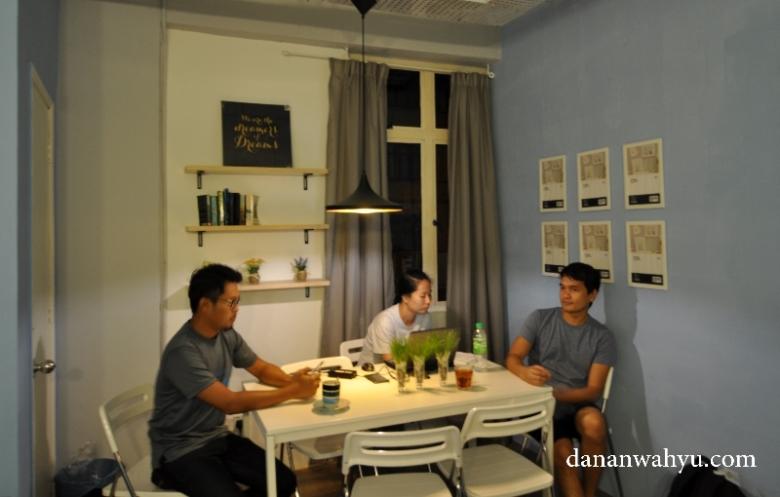 Sham , Emily dan Uang di meja makan
