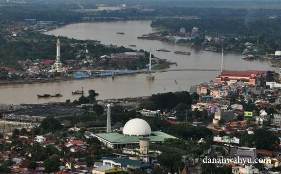 Titan Arasy membelah sungai Batanghari, kota Jambi