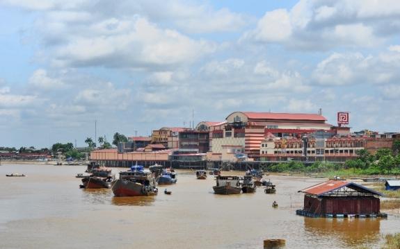 Kesibukan sungai Batanghari di depan pasar Angso Duo dan Mall Batanghari