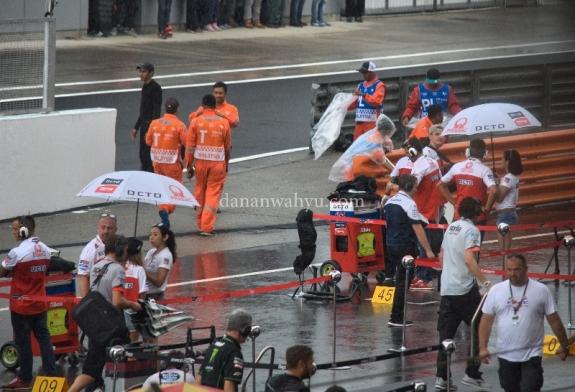 Para mekanik dan engineer bersiap di tengah hujan