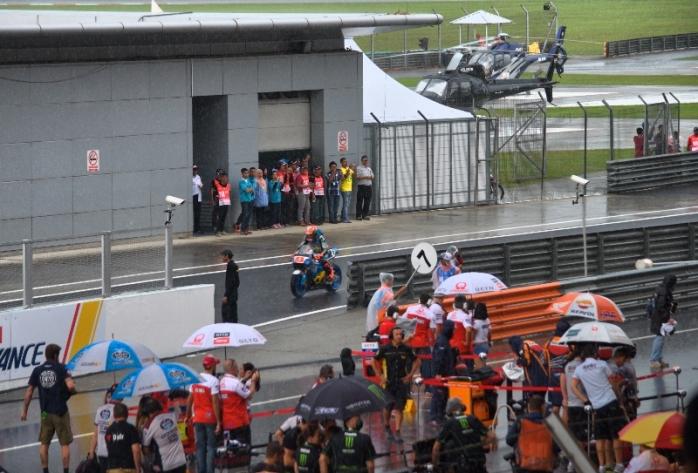 Satu per satu pembalap muncul di arena