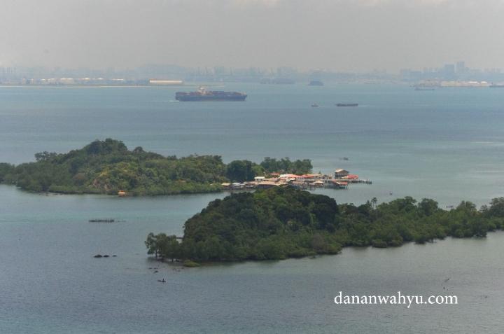 Tak bermaksud membandingkan gedung pencakar langit di garis horison dengan rumah panggng di tepi pulau. Tapi inilah perbedaan nyata antara Indonesia dan Singapura.