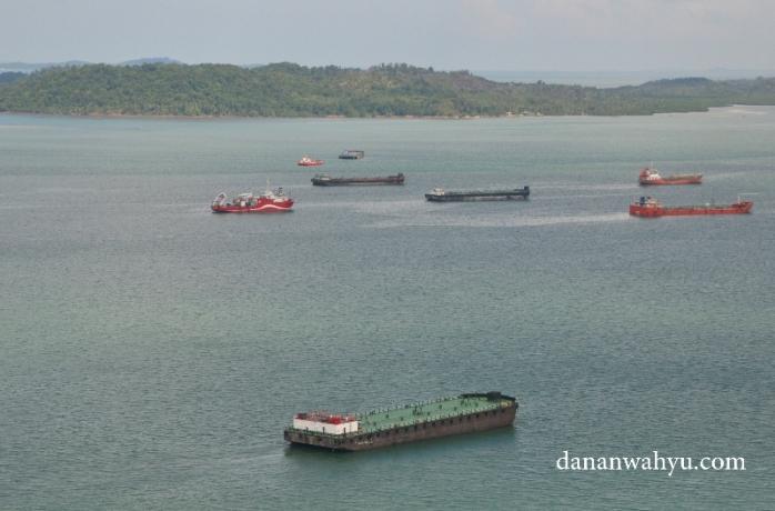 Kapal-kapal raksasa di perarian Batam. Bagaimana ya mereka bisa bermanufer tanpa bersenggolan satu dan lain?