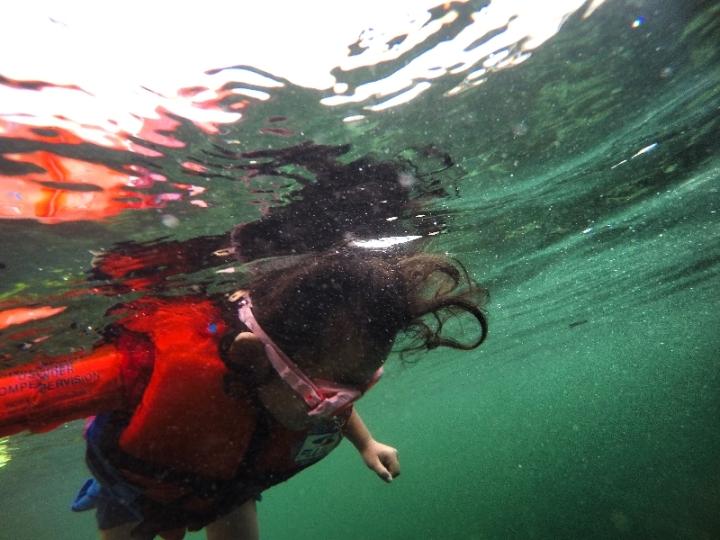 Lala ( 4 tahun ) asik bersnorkeling. Kamu yang sudah besar takut laut?