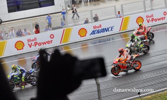 Pas moto ada tangan nyasar di depan kamera akuh.