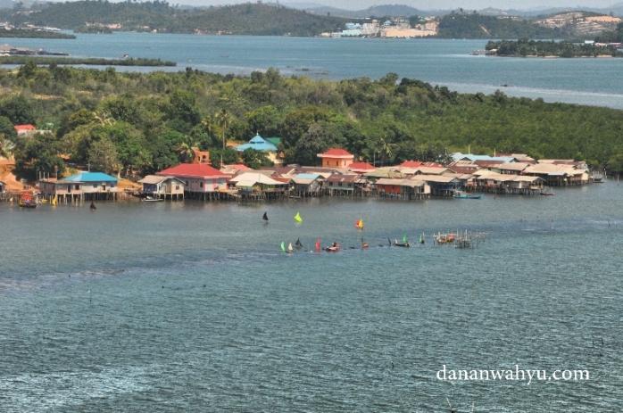 Lomba Perahu Jong di Tanjung Undap. Kapal warna-warni di sana sesungguhnya replika perahu berlayar. Warga Tanjung Undap sedang mengadakan lomba perahu Jong.