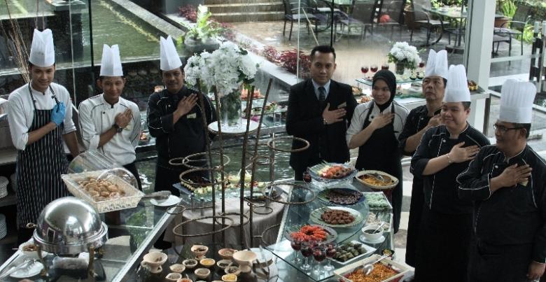 Chef dan koki yang memasak makanan lezat di Thistle Hotel