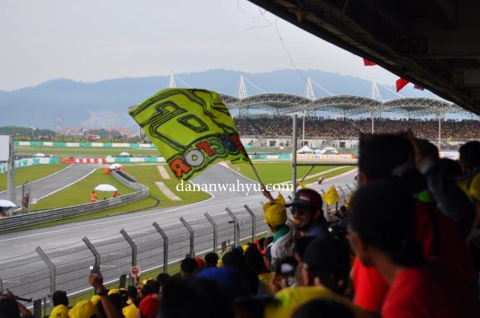 Bendera dukungan bagi Valentino Rossi