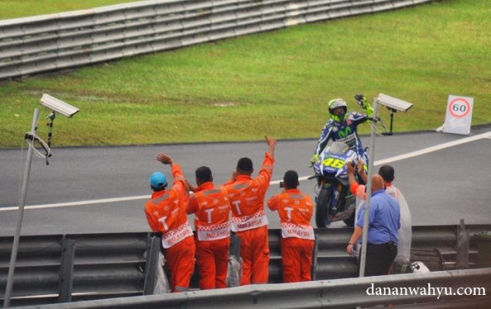Rossi yang rendah hati menyapa penggemar :D