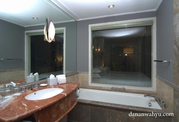 Jendela kamar mandi bebas melihat ke kamar tidur