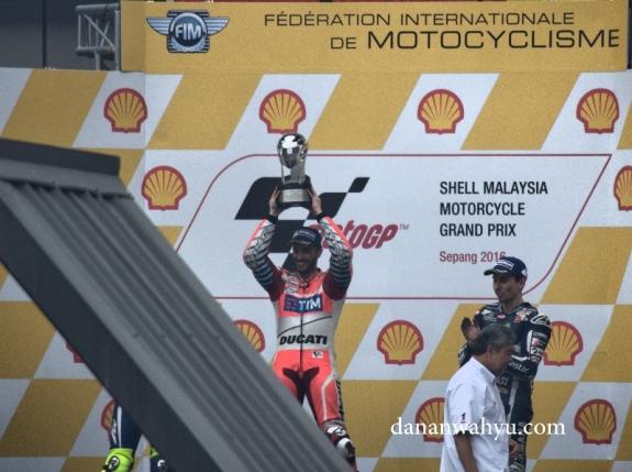 Andrea Dovizioso bersama tim Ducati memenangkan putaran di Sepang