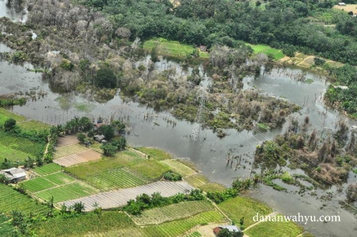 Kota industri seperti Batam membutuhkan banyak energi listrik. Namun energi dari semangkuk tumis kangkung dan sayur bayam jelas dibutuhkan manusia. Jadi infrastruktur keduanya harus seimbang.