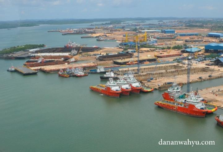 Konon Singapura merupakan negara dengan industri dengan perkapalan terbesar di dunia. Namun dengan pulau yang tak lebih besar dari Madura apakah pantai mereka cukup menampung kapal besar hingga ribuan. Jika ke Batam jangan terkecoh industri kapal Indonesia berjaya. Sesungguhnya ini tempat parkir kapal dari negara tetangga.