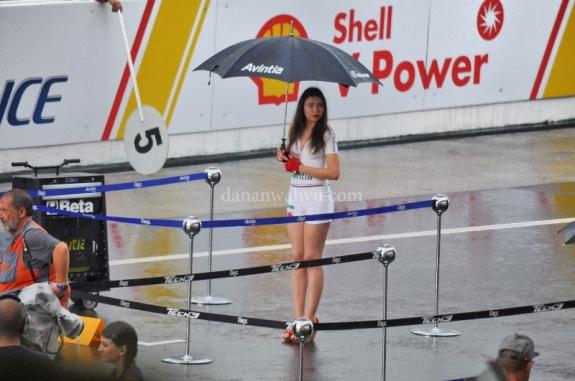 Umbrella girl berdiri tear di tengah hujan. Kamu?