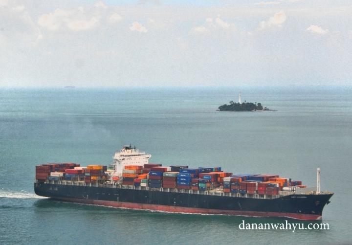 Kapal-kapal besar di jalur pelayaran internasional dapat dijumpai di perbatasan Singapura dan Indonesia