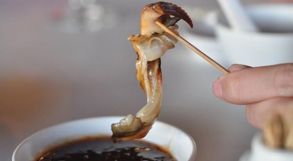 daging gonggong dinikmati bersama sambal