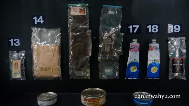 perlengkapan mandi dan makanan kering astronout
