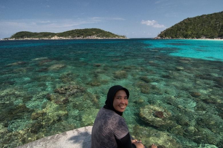Kakak ini bela-belain dari Medan terbang ke Batam lalu ke Tanjungpinang lalu lanjut berlayar 12 jam ke Anambas. Kamu ?