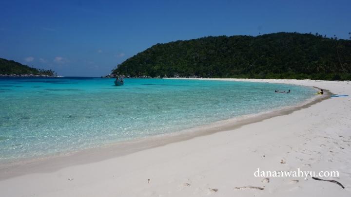 Pantai seluas ini hanya milik kita . Iya kita dan Tuhan saja :D.