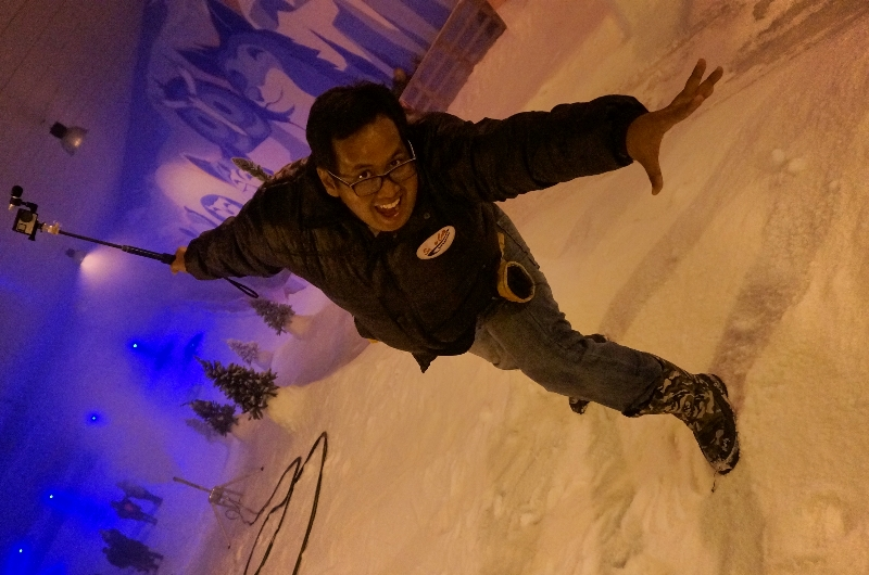 bermain salju di snow city Singapura