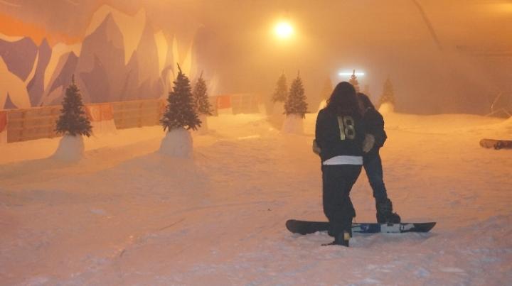 Modus - minta diajarin snowboard kok malah meluk
