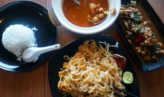 Hanya sebagian kecil makanan Thailand yang kami pesan