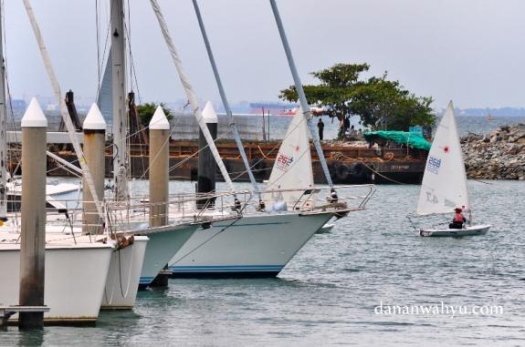 perlombaan dinghies di anatar kapal parkir