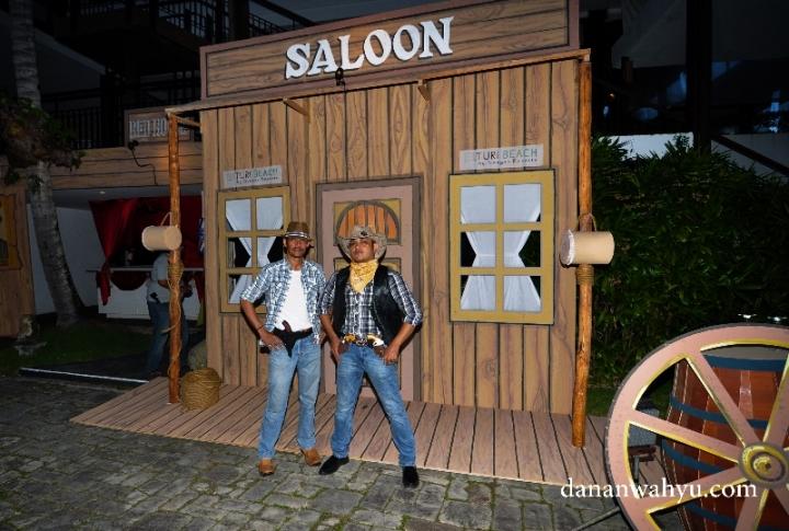 Berani dengan dua cowboy penjaga bar?