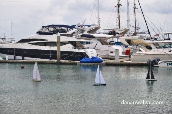RC sailboats , kapal imut bukan untuk anak-anak