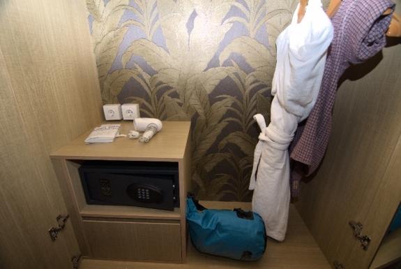 Di dalam lemari terdapat safe deposit, hair dryer, piyama mandi dan gantungan baju.