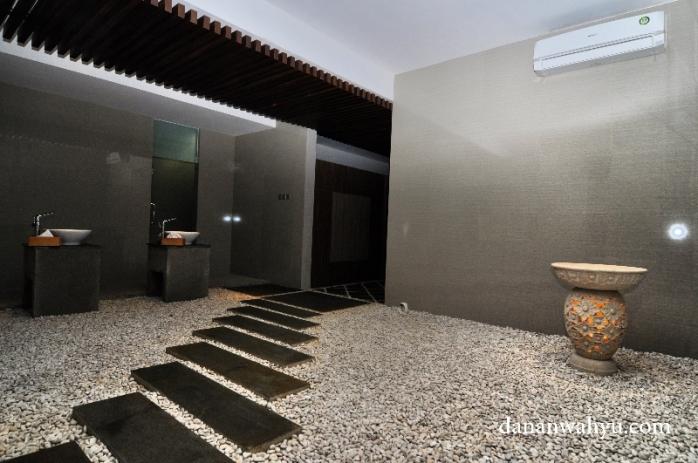 kamar mandi dan tempat berganti bagian bernuansa Jepang klasik