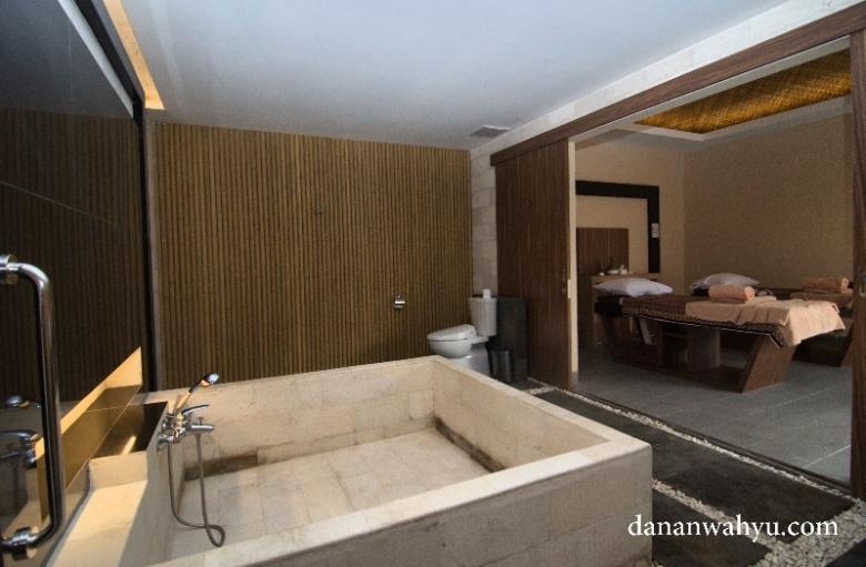 Ingin mandi bersama pasangan resmi , rasakan sensasi perawatan di Grand Villa