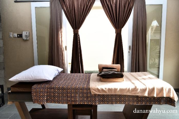 Ranjang pijat dengan seprai motif batik terasa lebih eksotis